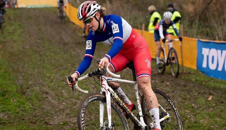 Route - Marion Norbert-Riberolle sur la route avec une équipe belge